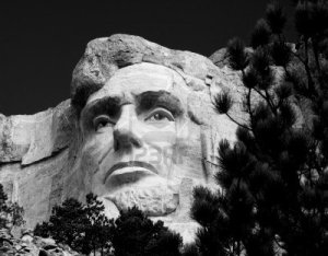 5225665-la-cabeza-de-abraham-lincoln-en-el-memorial-nacional-monte-rushmore-en-blanco-y-negro